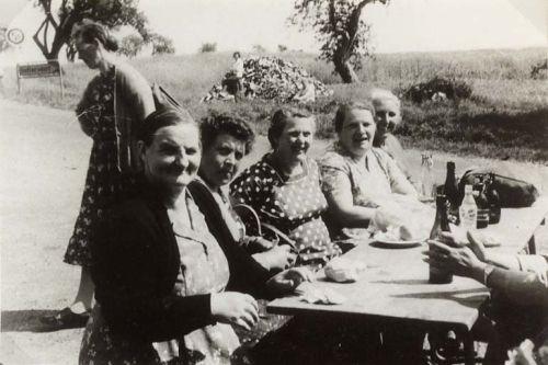 Mittagsrast einer Wallfahrt aus den 50iger Jahren am Geisenhof