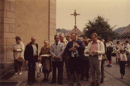 Eine Gruppe von Wallfahrern in den 80iger vor der Mömbriser Pfarrkirche